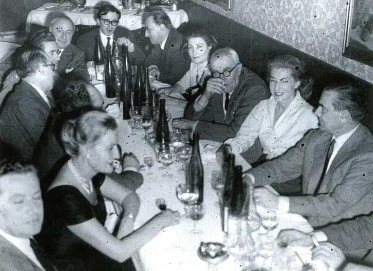 Andrea Emiliani, a capotavola. Sono riconoscibili: sul lato sinistro Francesco Arcangeli; sul lato destro Giorgio Morandi, Palma Bucarelli, [inizi anni '60]