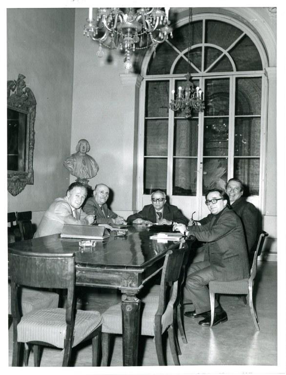 Il consiglio di amministrazione dell'Accademia Clementina. Da sin. Enzo Pasqualini, Sergio Vignali, Luciano Anceschi, Andrea Emiliani, [anni '70]