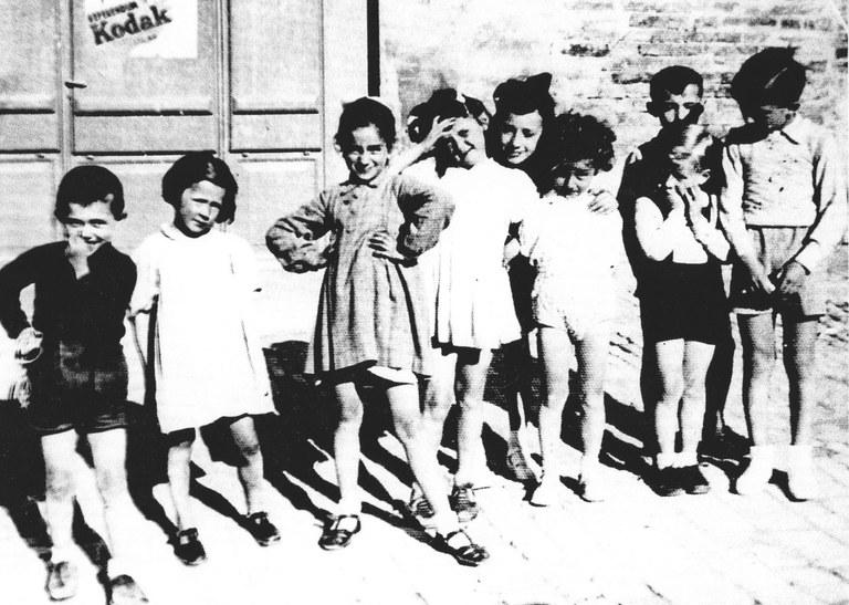 Andrea Emiliani, ultimo a destra, con accanto il fratello Vittorio (con le mani in faccia). A seguire Fernando Aiuti (che diventerà immunologo) e Francesca Benedetti, futura attrice (con una mano sulla fronte). Urbino, 1939 o 1940