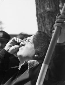 Federico Fellini sul set del film 'Amarcord', Cinecittà, 1973 (foto di Davide Minghini) - Archivio della Biblioteca comunale 'Gambalunga' di Rimini