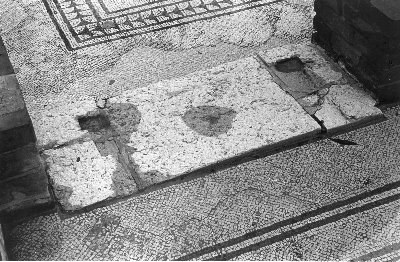 Villa romana di Russi - RA: soglia marmorea tra il cubiculum n. 8 e il triclinium-tablinum n. 5 (foto A. Viggiano 1981)