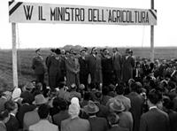 Il Presidente dell'Ente Delta Padano Bruno Rossi e il ministro dell'Agricoltura Giuseppe Medici consegnano quattordici fabbricati rurali a Copparo, 25 aprile 1954.jpg