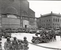 Alleati in piazza Maggiore a Bologna
