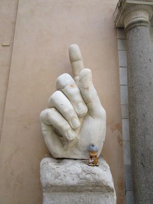"""""""Che mano!! Sono grande come una sua unghia!"""""""