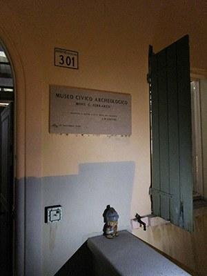 """""""Sono in incognito all'ingresso del Museo Archeologico """"G. Ferraresi"""" di Stellata di Bondeno"""""""