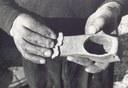 Mani del fabbro a Lagaro (Bo), fotografia di Corrado Fanti, 1983, raccolta L'artigianato, i suoi modelli culturali, la città storica