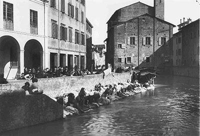 Pietro Poppi, lavandaie lungo il canale Reno a Bologna, ca 1900, © Collezioni d'Arte e di Storia della Fondazione Cassa di Risparmio di Bologna