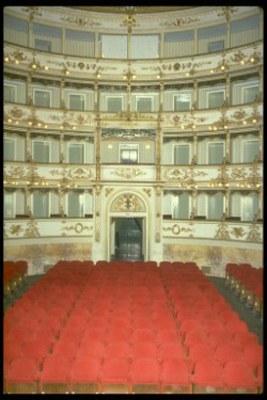 Carpi (MO), Teatro Comunale, la sala teatrale vista dal palcoscenico
