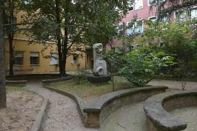 Faenza, Ospedale civile, Cortile interno: Carlo Zauli, Genesi geometrica, 1968 -70 ca., Grés e marmo granito (Foto A. Scardova - IBC)