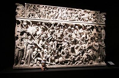Finalmente insieme ai suoi compagni di armi sul sarcofago del Portonaccio