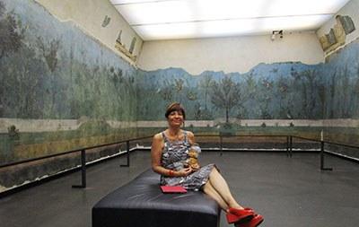 Il momento delle coccole con Maria Pia nel giardino dell'Eden (il giardino della villa di Livia a Prima Porta)