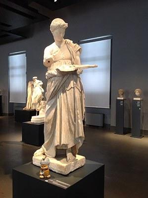 Maximus apprezza la bellezza muliebre della fanciulla di Anzio