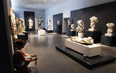 Una passeggiatina nella sala fra le numerose e grandi statue