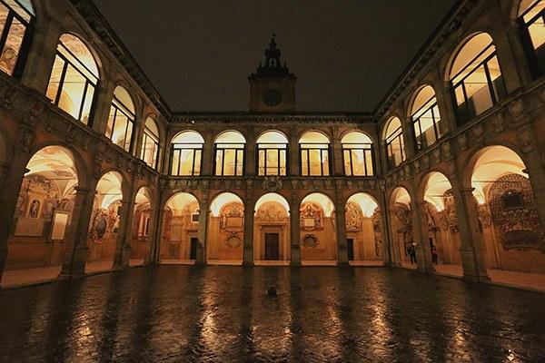 Archiginnasio_Bologna_by_night.jpg