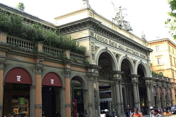 Bologna-Teatro_in_via_dell'Indipendenza-twice.jpg
