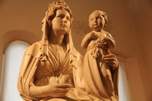 A Ferrara il nuovo allestimento della  Madonna della melagrana di Jacopo della Quercia